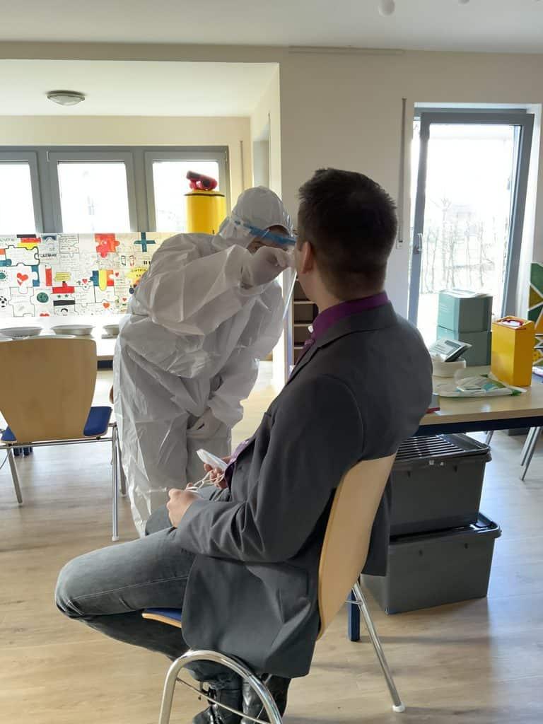 Stellvertretender Schulleiter Thomas Queckbörner bei der Testung